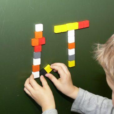 Den Buchstaben mit Magnetwürfeln zusammen setzen