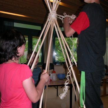 Der Bau des Tipis mit Schülern der Offenen  Ganztagsschule
